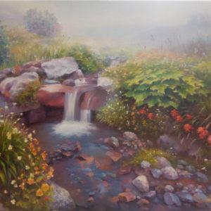 Ручей в густых цветах с холодной чистой водой