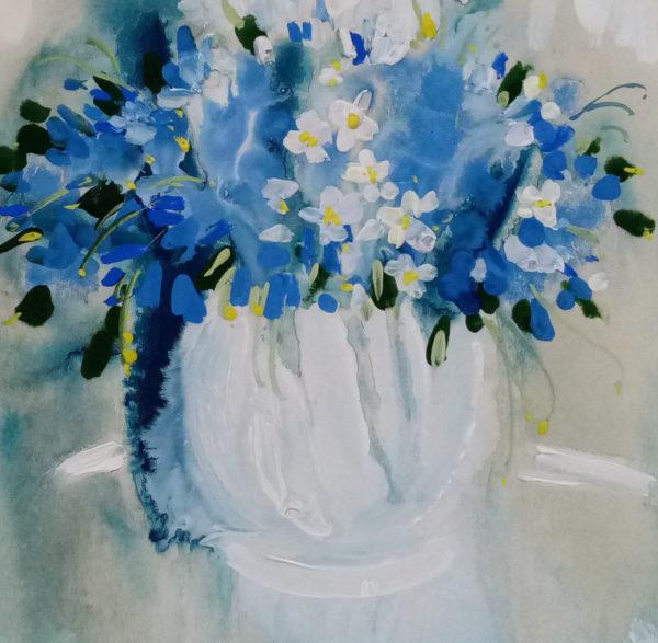 Синее цветочки в светлой вазе