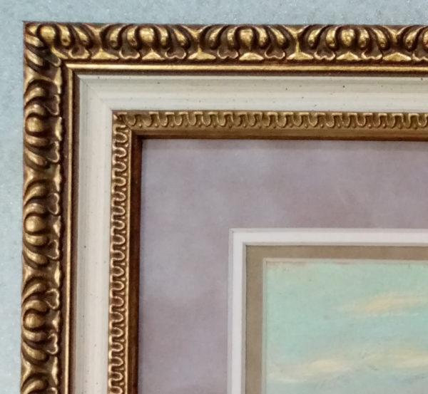 Багет на картине пластиковый золотой