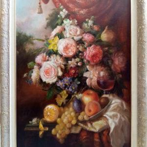 Натюрморт на картине изображен натюрморт цветы с фруктами